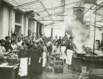 Belegschaft in der Fabrik der Pasticceria Klainguti für kandierte Früchte in Genua, um 1900. (© Archivio Storico Castelmur)